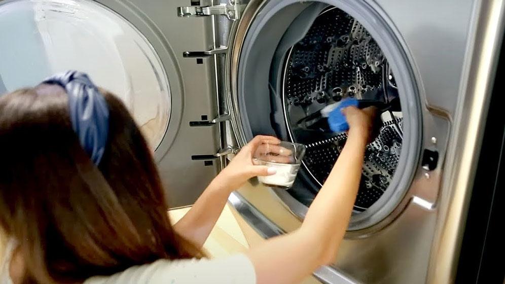 Cómo limpiar una lavadora que huele mal y no morir en el intento