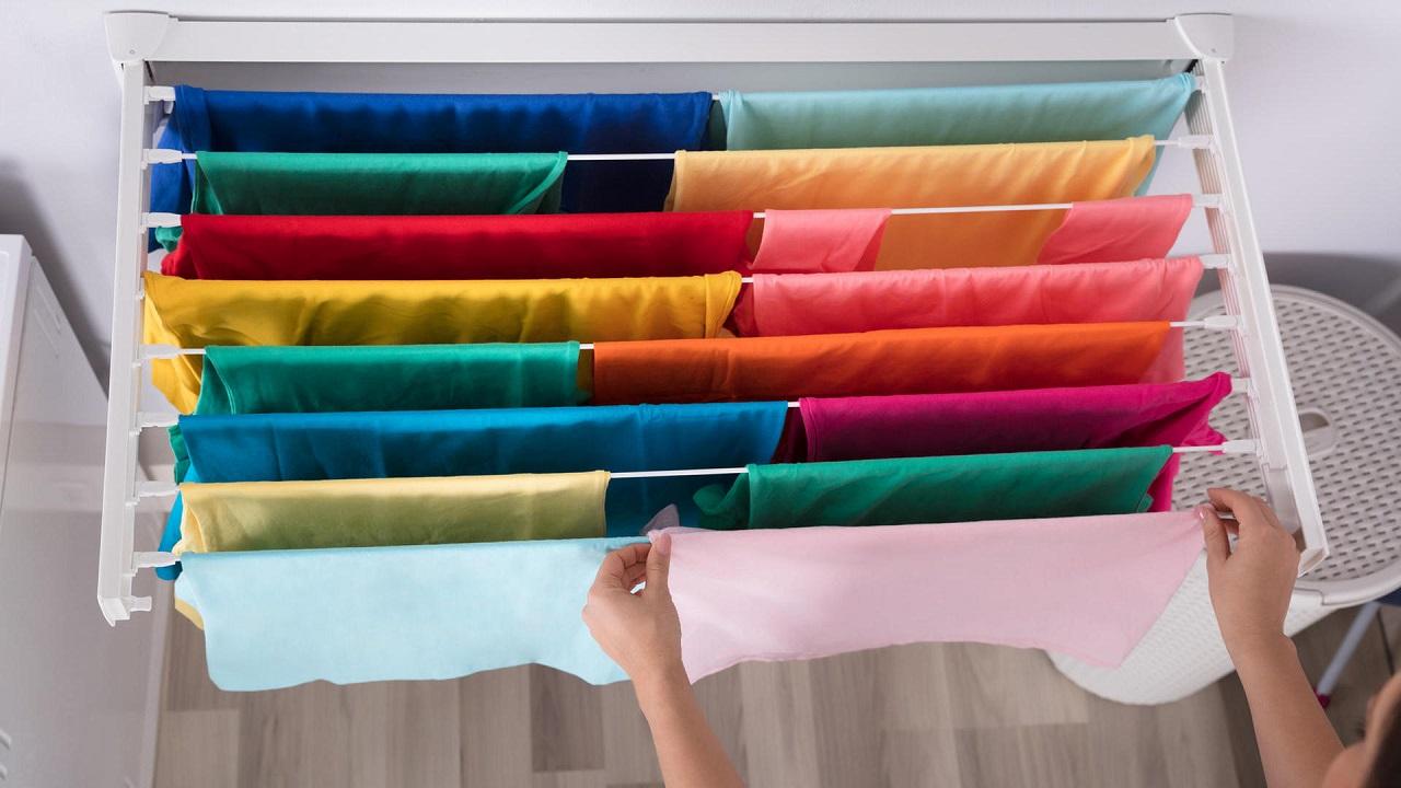 Si no tienes una terraza o unas cuerdas de tender al aire libre, tendrás que ingeniártelas parasecar la ropa en interiores.