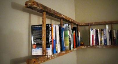 Escaleras de madera y de metal como estanterías