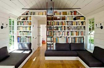 Un salón con librería para un toque chic y moderno
